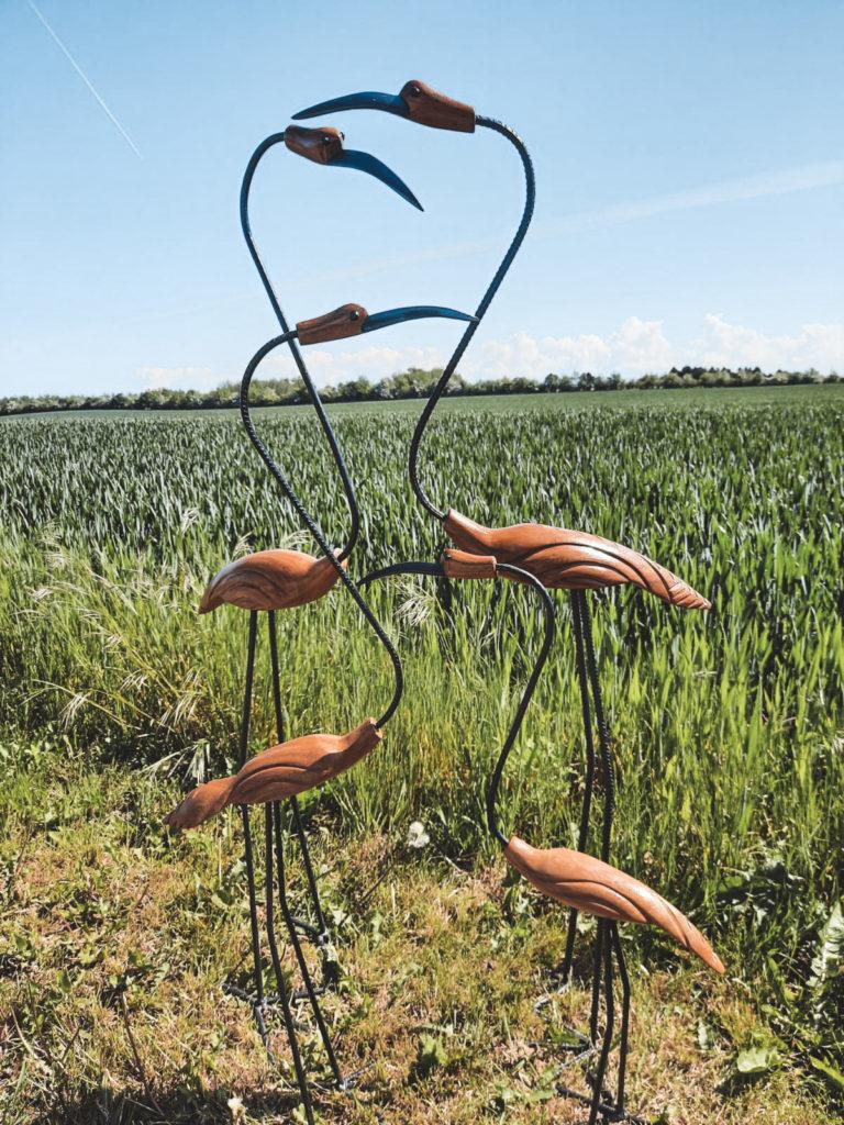 Fire træfugle der står på en mark