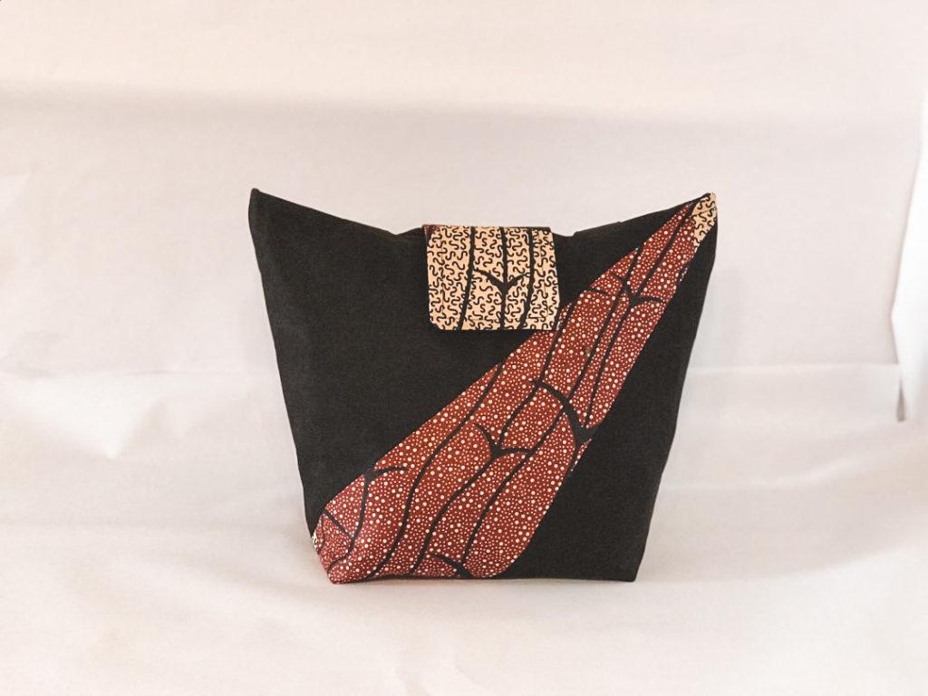 En rød og sort skræddersyet skuldertaske