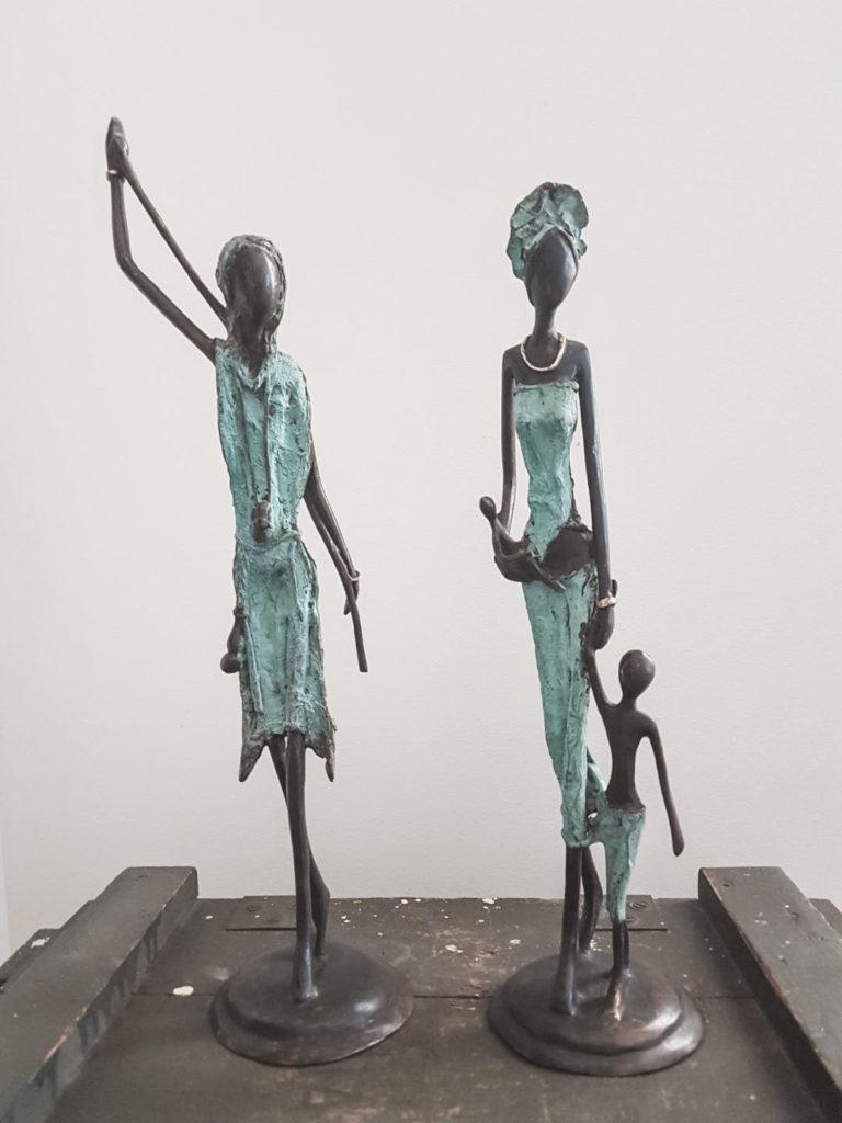 To messingfigurer med grønne kjoler på