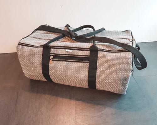 En skræddersyet rejsetaske i grå farver
